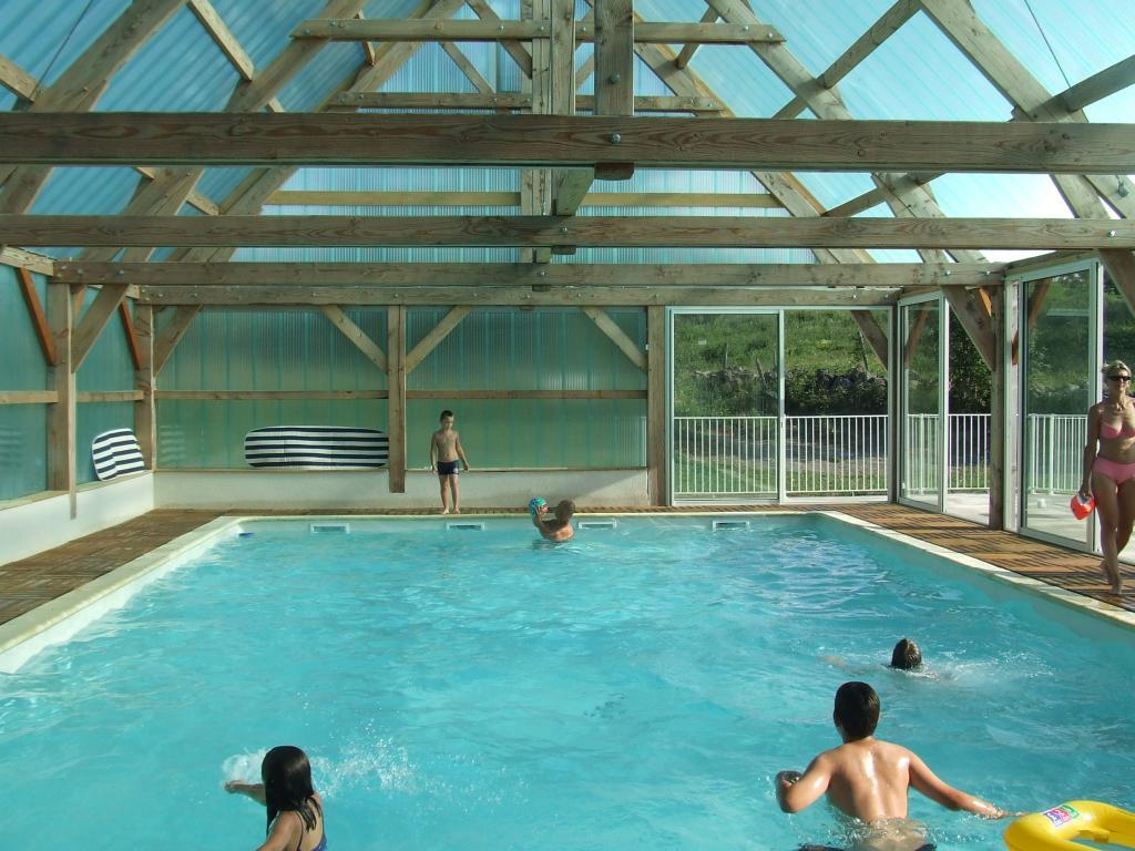 Village vacances du lac des estives dans le cantal for Village vacances bretagne piscine couverte